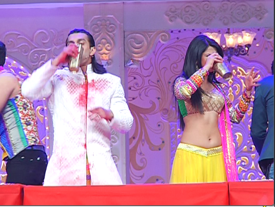 Karan-and-Jenifer-in-bhaang-drinking-competition